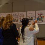 Bezoekers maken foto's van cartoons